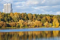 Парк осени урбанский на после полудня банка реки Стоковые Изображения RF