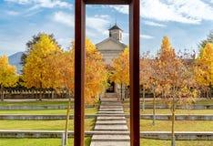 Парк осени Luino с святилищем взгляда старым Madonna кармина, Италии стоковое фото