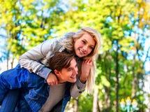 Парк пар весны идя Прогулка друзей лета внешняя Стоковая Фотография