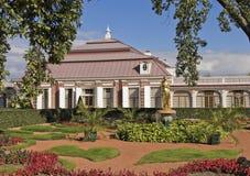 Парк перед дворцом Monplaisir в Peterhof Стоковые Фотографии RF