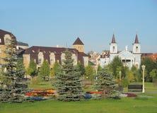 Парк перед католической церковью Стоковая Фотография