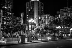 Парк площади Horton на историческом квартале Сан-Диего к ночь - КАЛИФОРНИЯ Gaslamp, США - 18-ОЕ МАРТА 2019 стоковая фотография