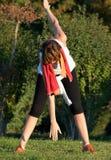 парк протягивая женщину Стоковые Фотографии RF
