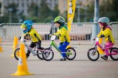 Парк России, Москвы, Gorky, 9-ое сентября 2017 Езда велосипеда ` s детей Дети от 2 года до 7 в шлемах состязаются внутри Стоковые Фото