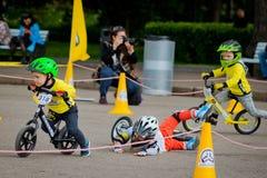 Парк России, Москвы, Gorky, 9-ое сентября 2017 Езда велосипеда ` s детей Дети от 2 года до 7 в шлемах состязаются внутри Стоковая Фотография RF