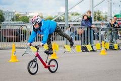 Парк России, Москвы, Gorky, 9-ое сентября 2017 Езда велосипеда ` s детей Дети от 2 года до 7 в шлемах состязаются внутри Стоковые Изображения