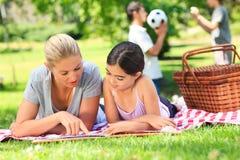парк семьи счастливый picnicking Стоковая Фотография RF