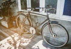 Парк старого велосипеда ржавый на стене просторной квартиры тона года сбора винограда дома Стоковые Фото