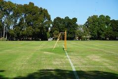 Парк с неубедительным столбом цели футбола стоковое фото