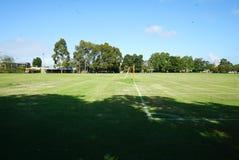 Парк с неубедительным столбом цели футбола стоковая фотография rf
