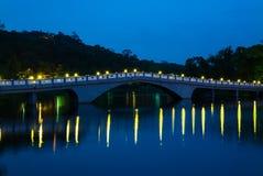 Парк с озером и мостом Стоковая Фотография RF