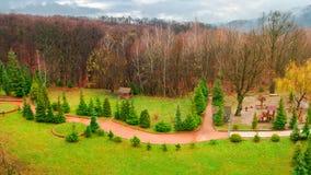 Парк с спортивной площадкой в осени стоковая фотография rf