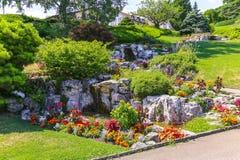 Парк с фонтаном и красивым садом Стоковые Фото
