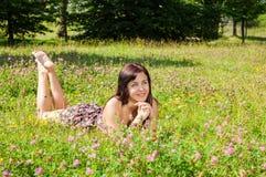 парк травы девушки лежа Стоковая Фотография RF