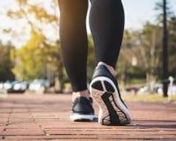 Парк тренировки прогулки ботинка спорта ног людей внешний Стоковое Изображение RF