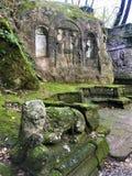 Парк чудовищ, священная роща, сад Bomarzo 3 грациозности и Nymphaeum, алхимия стоковое фото