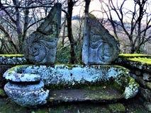 Парк чудовищ, священная роща, сад Bomarzo Старый и винтажный ушат, украшение и алхимия стоковые фото