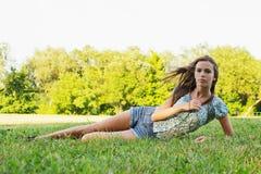 парк девушки ослабляя Стоковая Фотография