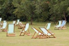 парк deckchairs стоковые изображения rf