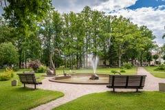 Парк Jaunatnes с скульптурами лебедя в Gulbene, Латвии Стоковое Фото