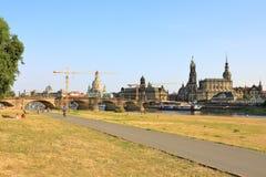 Парк Königsufer и мост Augustus на Эльбе, Дрездене, Саксонии Sachsen, Германии Deutschland стоковое изображение rf