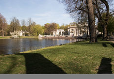 Парк Lazienki (ванны) королевский Дворец на воде Стоковая Фотография RF