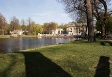 Парк Lazienki (ванны) королевский Дворец на воде Стоковые Изображения RF