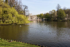 Парк Lazienki (ванны) королевский Дворец на воде Стоковые Фотографии RF