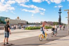 Парк Museon и галерея Tretyakov положения на Krymsky Val с Питером первый памятник в расстоянии стоковая фотография rf