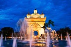Парк Patuxay на ноче с загоренным стробом победы в Вьентьян, Лаосе Стоковое Фото