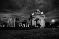 Парк Patuxay на ноче с загоренным стробом победы - известным ориентир ориентиром в Вьентьян, Лаосе на заходе солнца черная белизн Стоковые Фото