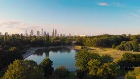 Парк Pola Mokotowskie Варшавы с видом с воздуха озера и города сток-видео