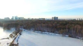 Парк Snowy в megapolis Проветрите взгляд парка Pokrovskoe-Streshnevo в Москве, России видео 4K Воздушный трутень снятый над Росси акции видеоматериалы