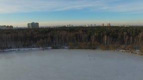 Парк Snowy в megapolis Проветрите взгляд парка Pokrovskoe-Streshnevo в Москве, России видео 4K Воздушный трутень снятый над Росси сток-видео