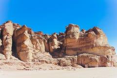 Парк Timna и штендеры Solomon, утесы в пустыне, ландшафте в пустыне Небольшие скалистые холмы Каменная пустыня, красная стоковое фото rf