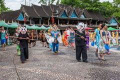 Парк Xiaoganlanba Xishuangbanna Dai на брызгать квадратные танцоры (бога) которые Стоковое Фото