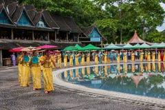 Парк Xiaoganlanba Xishuangbanna Dai на брызгать квадратные танцоры (бога) которые Стоковые Фото