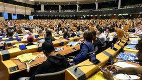 Парламент молодости в Брюсселе Молодые люди от ЕС стоковые фотографии rf