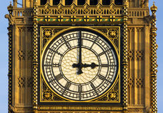парламент london часов возвышается Стоковое Изображение