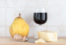 Пармезан, вино и груша, с ножом Стоковые Изображения