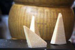 Пармезан на таблице для продажи на рынке Пармезан-Reggiano сделан от непастеризованного молока ` s коровы Стоковое фото RF
