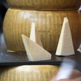Пармезан на таблице для продажи на рынке Пармезан-Reggiano сделан от непастеризованного молока ` s коровы Стоковые Изображения RF