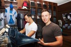 Парни в магазине одежды Стоковое фото RF