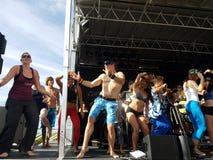 Парни и дамы танцуют с влюбленностью Майк, Рон Artis II, и ребром Eoin Стоковая Фотография RF