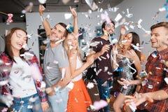 Парни и девушки танцуют на вечеринке по случаю дня рождения Они усмехаются и имеются потеху Стоковое фото RF