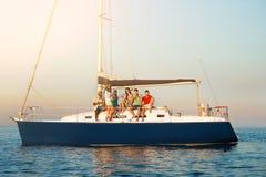 Парни и девушки на яхте Стоковые Изображения RF