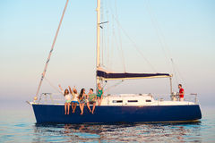 Парни и девушки снимают selfie на яхте Стоковые Фотографии RF