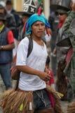 Парни и маска Quechua человека нося танцуя outdoors Стоковые Фото