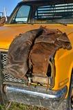 Парни ковбоя кладя на клобук приемистости Стоковые Фото