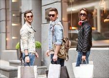 Парни моды молодые идут ходить по магазинам Стоковые Изображения RF